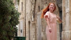 Szczęśliwy kobieta turysta śmia się i kłębi na ulicie stary Europejski miasto zbiory wideo