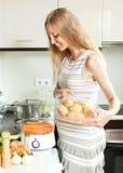 Szczęśliwy kobieta w ciąży gotuje świeżych warzywa z elektrycznym ste Zdjęcia Royalty Free