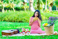 Szczęśliwy kobieta w ciąży pinkin zdjęcie royalty free