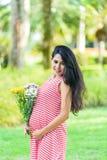Szczęśliwy kobieta w ciąży pinkin w parku zdjęcia royalty free