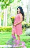 Szczęśliwy kobieta w ciąży pinkin w parku Zdjęcia Stock