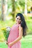 Szczęśliwy kobieta w ciąży pinkin w parku Fotografia Royalty Free