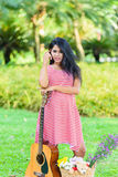 Szczęśliwy kobieta w ciąży pinkin w parku Fotografia Stock