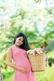 Szczęśliwy kobieta w ciąży pinkin w parku Zdjęcie Stock