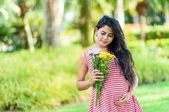 Szczęśliwy kobieta w ciąży pinkin w parku obrazy stock