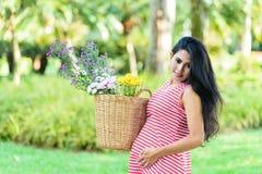 Szczęśliwy kobieta w ciąży pinkin w parku obraz royalty free