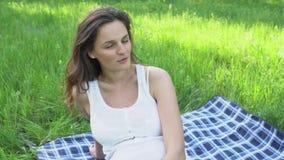Szczęśliwy kobieta w ciąży relaksuje życie w naturze i cieszy się zdjęcie wideo