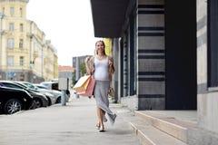 Szczęśliwy kobieta w ciąży z torba na zakupy przy miastem Zdjęcia Stock