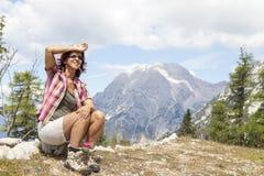 Szczęśliwy kobieta wycieczkowicza odpoczywać zdjęcia stock