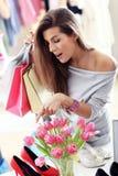Szczęśliwy kobieta zakupy dla butów Zdjęcie Stock