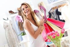 Szczęśliwy kobieta zakupy dla butów Zdjęcie Royalty Free