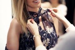 Szczęśliwy kobieta zakupy dla odziewa w sklepie fotografia royalty free