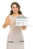 Szczęśliwy kobieta ziemianin z szalkowym modelem dom obrazy royalty free