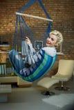 Szczęśliwy kobiety chlanie w hamaku jak krzesło Zdjęcie Royalty Free