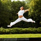 Szczęśliwy kobiety doskakiwanie. Bezpłatny tancerz. Wolności pojęcie. obraz stock