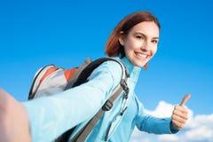 Szczęśliwy kobiety góry wycieczkowicz fotografia stock