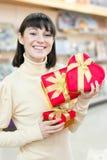 Szczęśliwy kobiety i czerwień prezenta pudełko Zdjęcia Stock