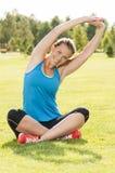 Szczęśliwy kobiety jogger szkolenie w parku fotografia stock
