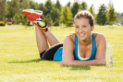 Szczęśliwy kobiety jogger szkolenie w parku obrazy stock