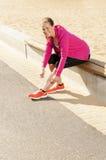 Szczęśliwy kobiety jogger szkolenie w parku. Zdrowy styl życia i p fotografia stock