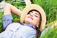 Szczęśliwy kobiety lying on the beach na zielonej trawie obrazy royalty free