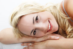 Szczęśliwy kobiety lying on the beach z głową na rękach Zdjęcia Royalty Free