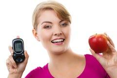 Szczęśliwy kobiety mienia glucometer, świeży jabłko i, pojęcie cukrzyce obrazy royalty free