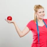 Szczęśliwy kobiety mienia jabłko i pomiarowa taśma Obrazy Stock