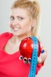 Szczęśliwy kobiety mienia jabłko i pomiarowa taśma Zdjęcie Stock