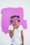 Szczęśliwy kobiety mienia paintroller nad jej twarzą fotografia stock