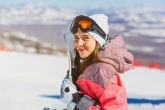 Szczęśliwy kobiety mienia snowboard, snowboarder obraz stock