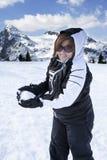 Szczęśliwy kobiety miotania Snowball góry wakacje Obrazy Royalty Free