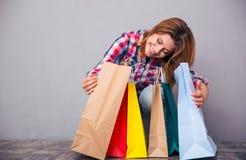 Szczęśliwy kobiety obsiadanie z torba na zakupy zdjęcie royalty free