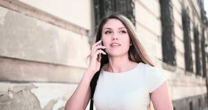 Szczęśliwy kobiety odprowadzenie i opowiadać przez telefonu komórkowego zbiory wideo