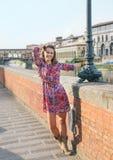 Szczęśliwy kobiety odprowadzenie wzdłuż bulwaru blisko Ponte Vecchio Obraz Royalty Free