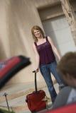 Szczęśliwy kobiety przewożenia bagaż Zdjęcie Royalty Free