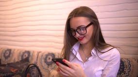 Szczęśliwy kobiety texting, wysyła sms na smartphone w kawiarni 4 K Żeński fachowy używa app na smartphone w cukierniany ono uśmi zbiory wideo