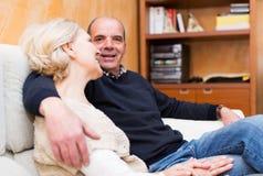 Szczęśliwy kochający dorośleć pary opowiada wpólnie obraz royalty free