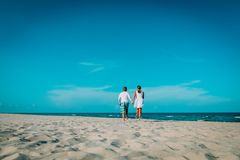 Szczęśliwy kochający para bieg cieszy się tropikalną plażę obrazy royalty free