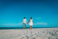 Szczęśliwy kochający pary odprowadzenie na tropikalnej plaży obrazy royalty free