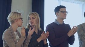 Szczęśliwy kreatywnie biznes drużyny odświętności sukces w biurze zbiory