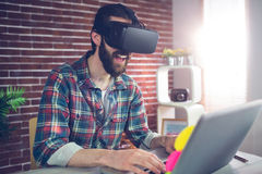 Szczęśliwy kreatywnie biznesmen jest ubranym 3D wideo szkła przy biurem Zdjęcia Royalty Free