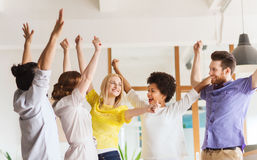 Szczęśliwy kreatywnie drużynowy odświętności zwycięstwo w biurze Zdjęcie Stock