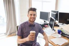 Szczęśliwy kreatywnie męski urzędnik pije kawę Zdjęcia Stock