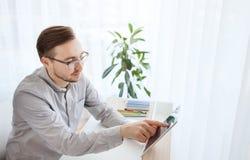 Szczęśliwy kreatywnie męski urzędnik z pastylka komputerem osobistym Zdjęcie Stock