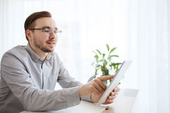 Szczęśliwy kreatywnie męski urzędnik z pastylka komputerem osobistym Obrazy Royalty Free