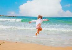 Szczęśliwy lato przy morzem zdjęcia royalty free