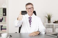 Szczęśliwy lekarz medycyny Pokazuje aprobaty Obraz Royalty Free