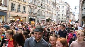 Szczęśliwy LGBT Homoseksualny tłum przy rocznej dumy odświętności dancingową ulicą zbiory