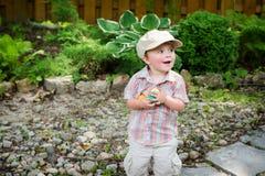 Szczęśliwy Little Boy Trzyma Kolorowych Wielkanocnych jajka Zdjęcie Stock